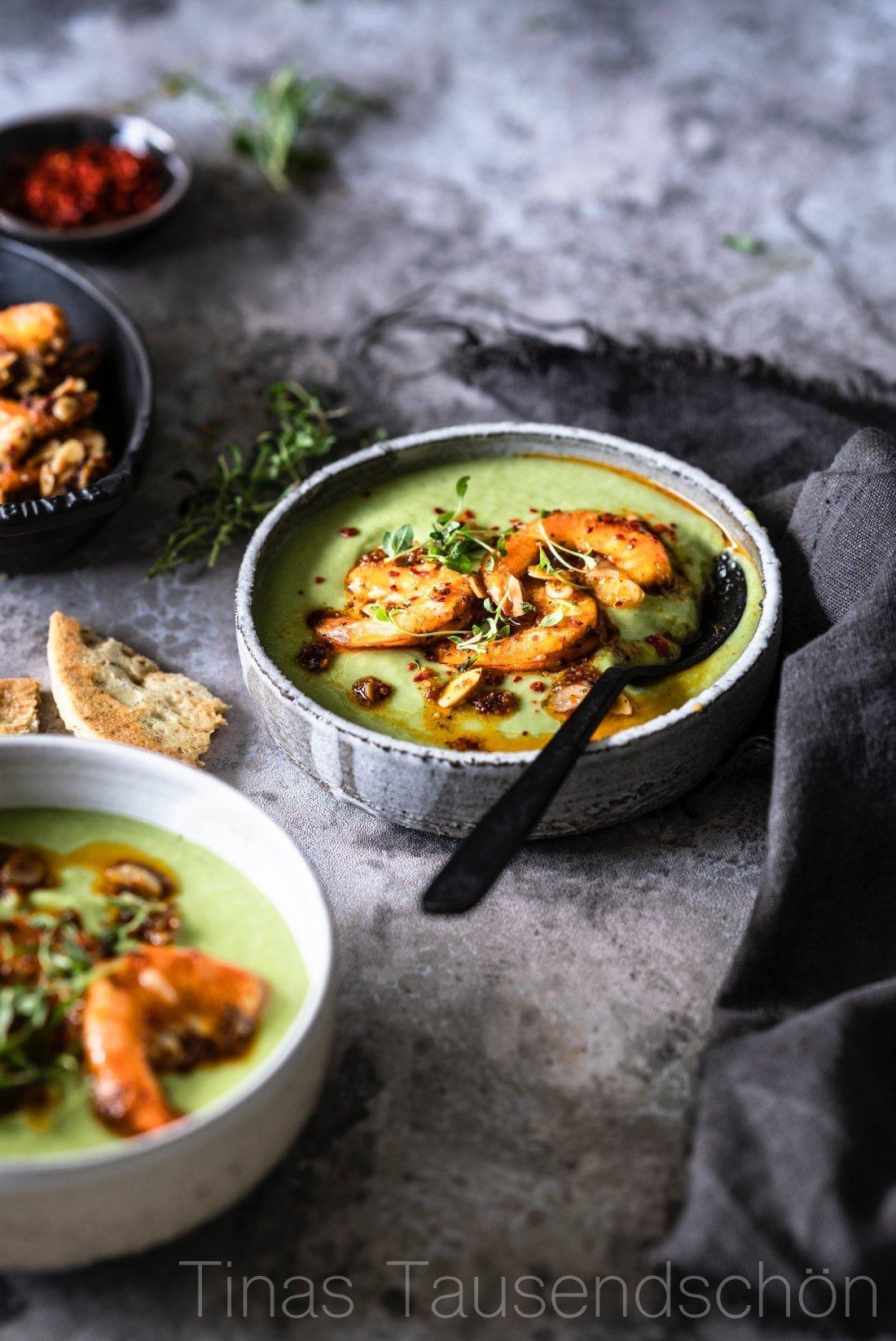 Kalte Avocado Suppe mit Chili Garnelen und Mandeln