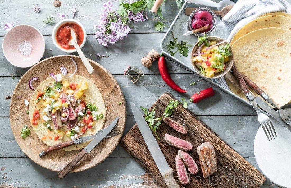 Tacos mit Carne Asada, Ananas Salsa und Champagner