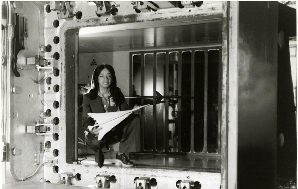 Christine Darden con un prototipo