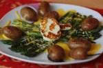 Blanšírovaná špargľa s baby novými zemiačikmi a grilovaným halloumi