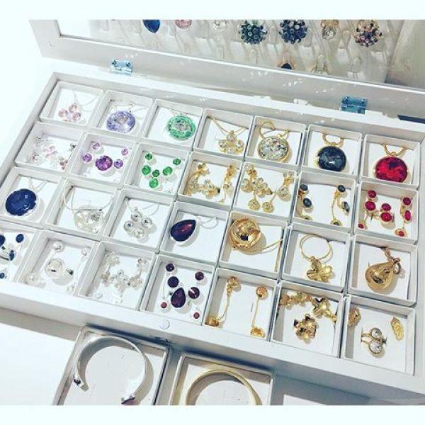När höstvardagen kräver lite extra bling  fin fina nya smycken från @ioaku i härliga höstfärger! #fw17 #fashionjewelry #jewelryaddict #jewellerydesign #jewelerydesign #jewelryfall #news #fashionnecklace #earrings #ring #necklace #bling #swedishdesign #gold #silver #18k