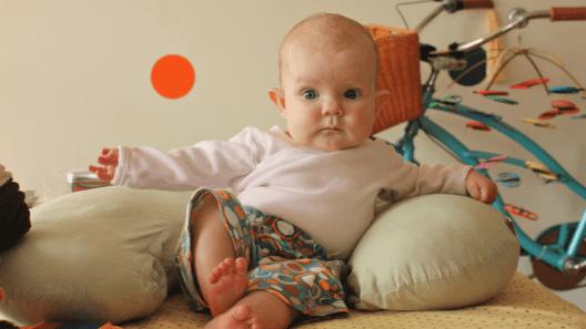 متى يجلس الطفل