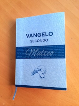 Vangelo in carta azzurra con nome in azzurro lamina, rilegato a caldo e con nastrino segnalibro.