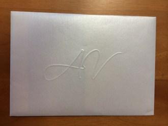 Buste in carta perlata con iniziali a rilievo a secco