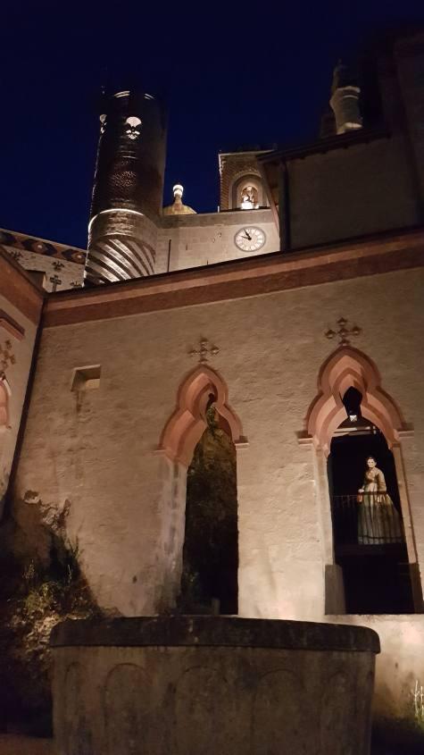 La Rocchetta Mattei di notte vista dal cortile interno