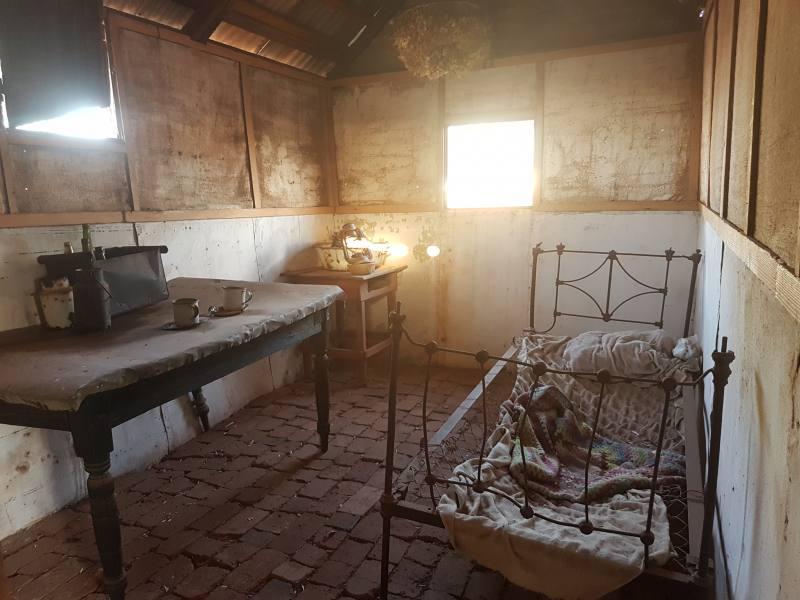 Camera da letto dentro edifici abbandonati della Ghost Town di Gwalia a Leonora in Western Australia