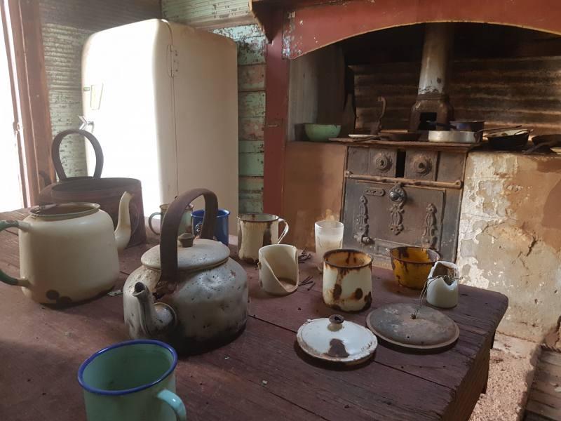 Cucina dentro edifici abbandonati della Ghost Town di Gwalia a Leonora in Western Australia