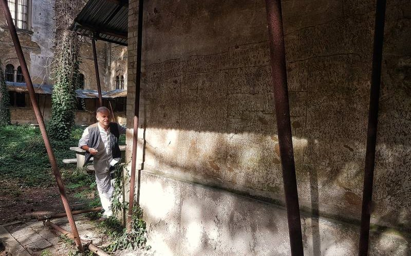 Remo Lenci interpreta NOF4 nel cortile del Padiglione Ferri dell'Ex Manicomio di Volterra