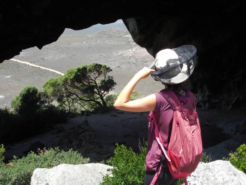 Grotta con finestra durante il trekking alla cima del Frenchman Peak nel Parco Nazionale Cape Le Grand