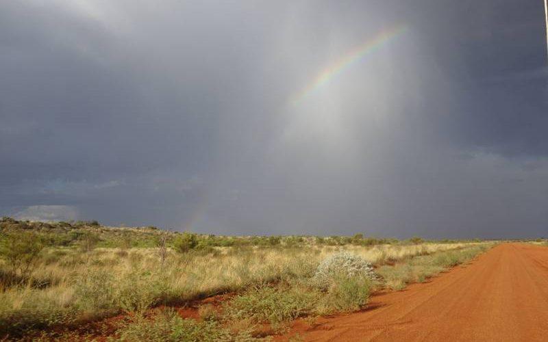 Arcobaleno dopo la tempesta nel deserto australiano sulla Great Central Road