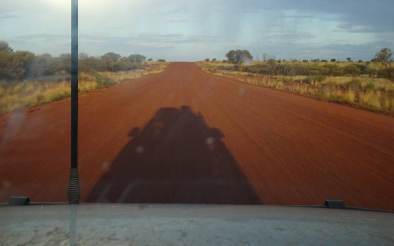 La Great Central Road ed il deserto australiano visto dal parabrezza della macchina