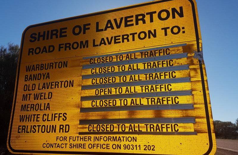 Cartello stradale di Laverton con scritte tutte le strade chiuse, compresa la Great Central Road
