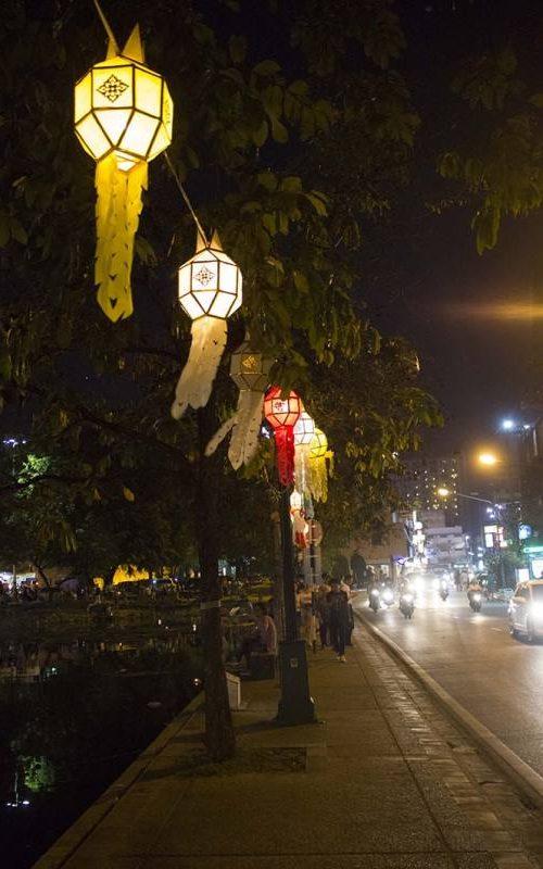 Viale illuminato di Chang Mai in Thailandia