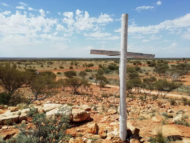 """Punto panoramico sul deserto australiano """"The White Cross"""" (La Croce Bianca) lungo la Great Central Road"""