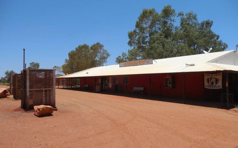 Vista dall'esterno della Warrakurna Roadhouse nel deserto australiano lungo la Great Central Road