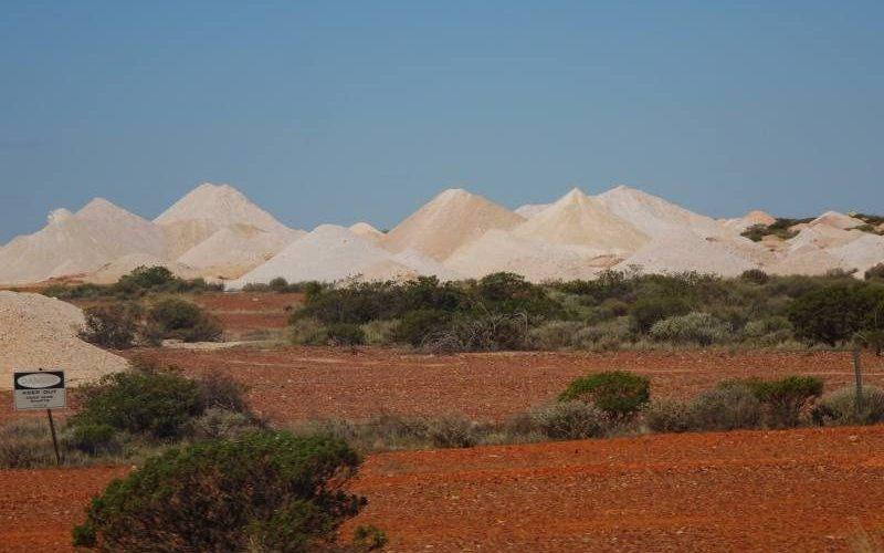 Montagne di residui degli scavi delle miniere di opale a Coober Pedy