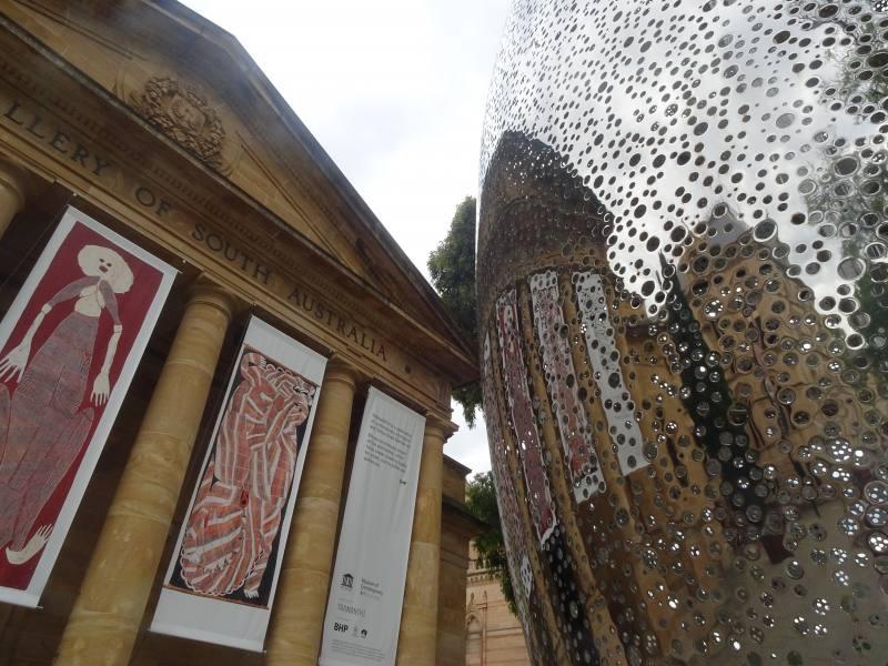 """Entrata con installazione del museo """"Art Gallery of South Australia"""" di Adelaide"""