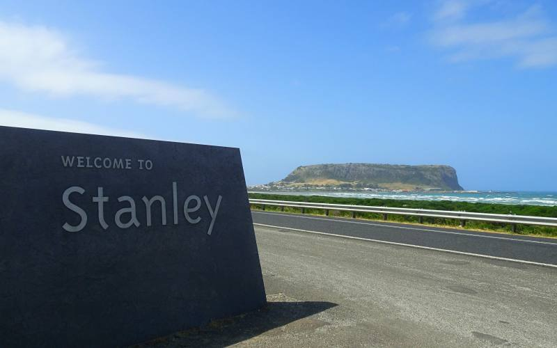 """Cartello di Benvenuto a Stanley con dietro il """"The Nut"""" nel Nord della Tasmania"""