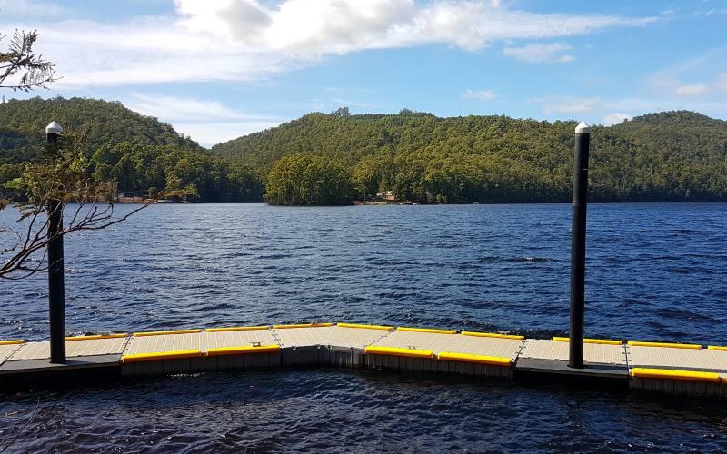 Vista della diga del lago artificiale Lake Barrington nel Nord della Tasmania
