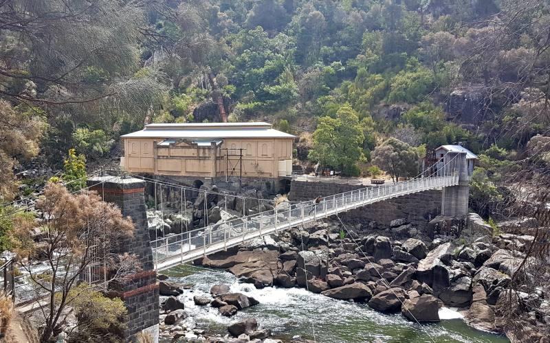 """Ponte sospeso dell'ex-centrale idroelettrica """"Duck Reach Power Station"""" di Launceston nella sua Cataract Gorge"""