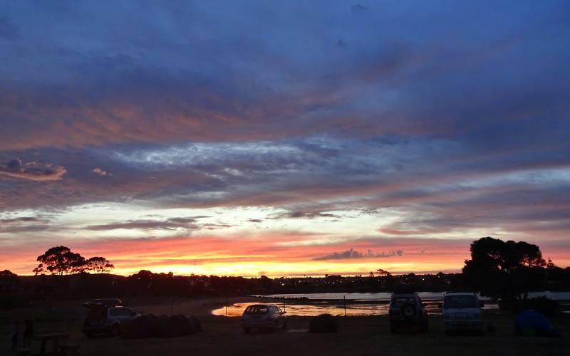 """Tramonto dai colori pazzeschi visto dal campeggio """"Abel Tasman"""" di Devonport in Tasmania"""