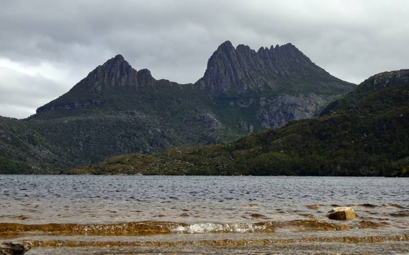 Cradle Mountain visto dalle sponde del Dove Lake in Tasmania