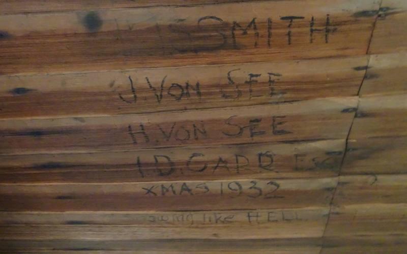 """Scritta del Natale 1932 all'interno del rifugio """"Old Pelion Hut"""", percorso secondario dell'Overland Track in 7 giorni"""