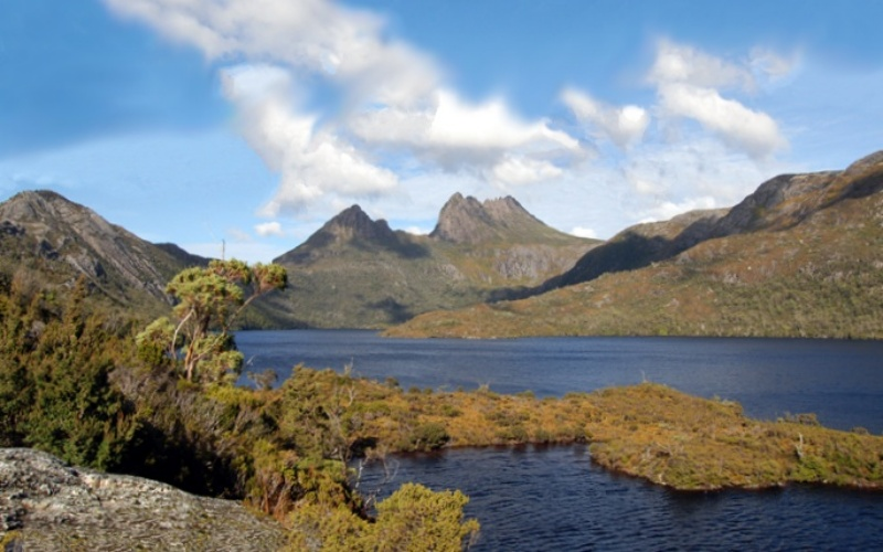 Vista di Cradle Mountain e del Dove Lake dal punto panoramico Glacier Rock in Tasmania