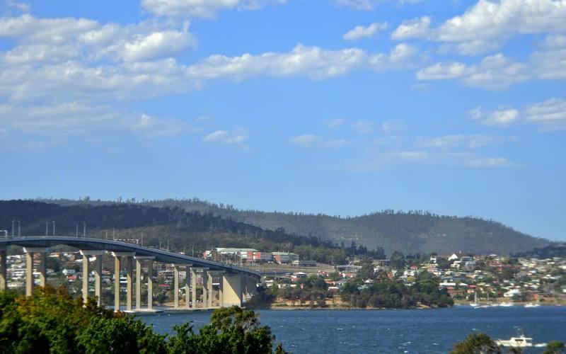 """Vista del Derwent Point e del ponte """"Tasman Bridge"""" dal centro di Hobart"""