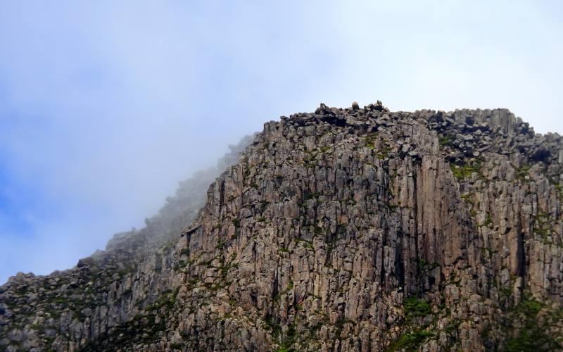 Cima di una montagna frastagliata nell'Overland di 7 giorni in Tasmania
