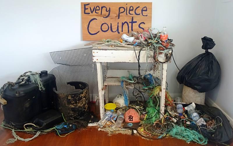 """Installazione """"Every Piece Counts"""", con tutta la plastica rinvenuta nell'oceano vicino Bruny Island"""
