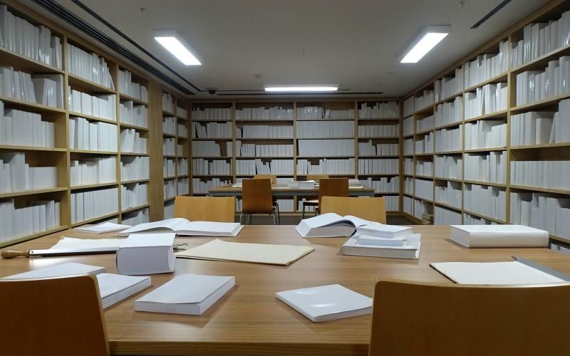 Una biblioteca completamente bianca all'interno del MONA, il museo da vedere a Hobart in Tasmania