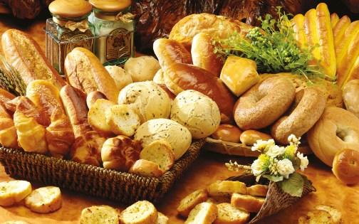 Foto artística de diferentes tipos de panes, bollos y croisants