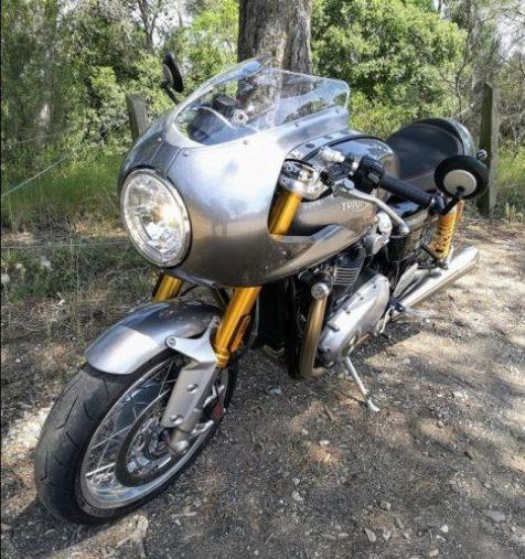 En la foto una moto Triumph Thruxton vista de foma frontal a unos 45 grados