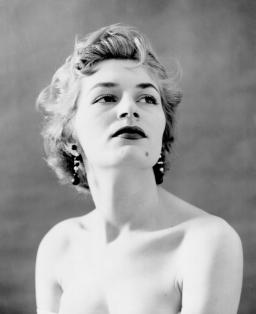 Foto retrato primer plano de una mujer. Foto en blanco y negro.
