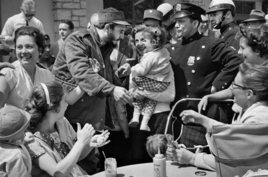 Foto en blanco y negro de Fidel Castro con gente a su alrededor en algún lugar de Estados Unidos