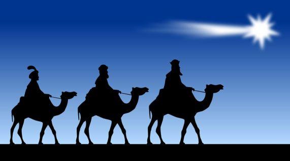 Silueta en negro de los tres reyes magos subidos en camellos, sobre un fondo azul con una estrella brillante