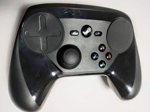 En la foto se aprecia el mando para juegos de Steam, el Steam Controller
