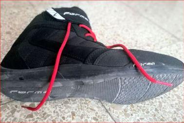 En la foto se muestra la bota de lado para que se aprecie la suela