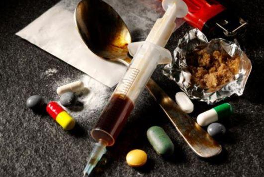 Imagen con varios tipos de drogas: heroina, pastillas, cocaina, hachís