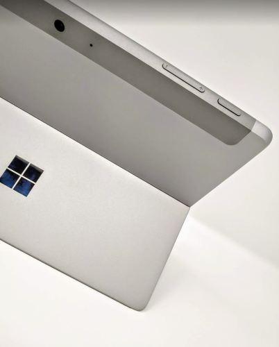 Se muestra la parte trasera de la Surface Go con su cámara, y sus controles de volumen y enccendido