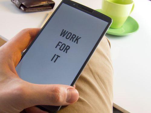 En la captura de pantalla se aprecia un móvil sostenido por una mano