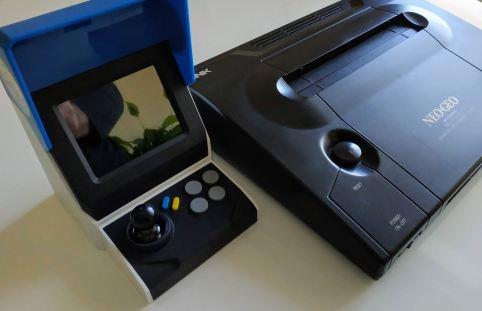 En la foto comparamos el tamaño de la Mini y la Neo Geo original