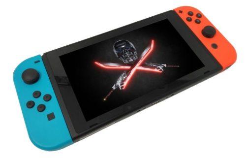 Una Nintendo Switch de color azul y rojo con una imagen de una calavera pirata moderna