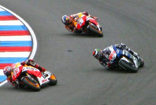En la foto, Marc Marquez, Jorge Lorenzo y Dani Pedrosa trazando de forma diferente una misma curva
