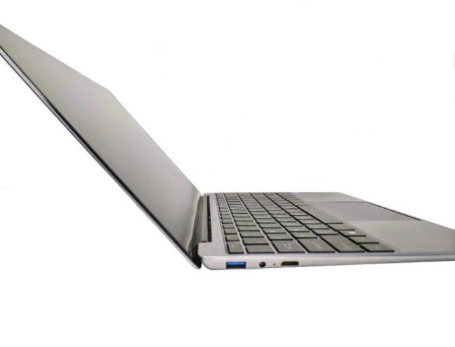 Bonita foto del portátil con la pantalla abierta en su máxima apertura