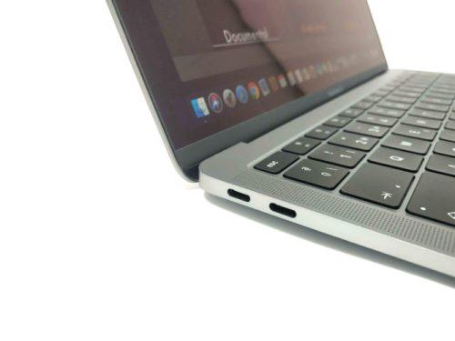 Detalle de los acabados del MacBook Air con sus puertos USB-Type C y su altavoz lateral