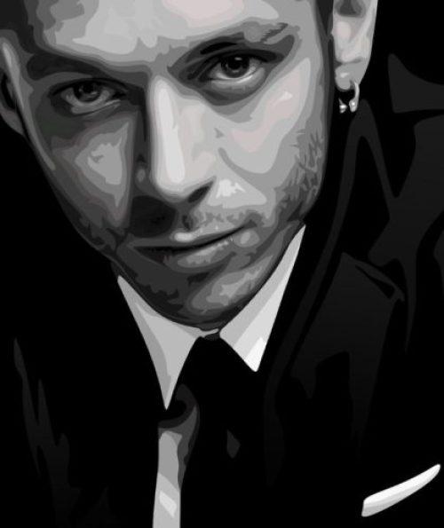 En la foto, un primer plano cerrado de Valentino Rossi trajeado, en blanco y negro y con un efecto acuarela