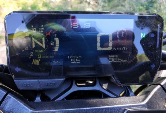 El marcador digital de la Honda CB650R que peca de reflejos al circular con el sol en la espalda