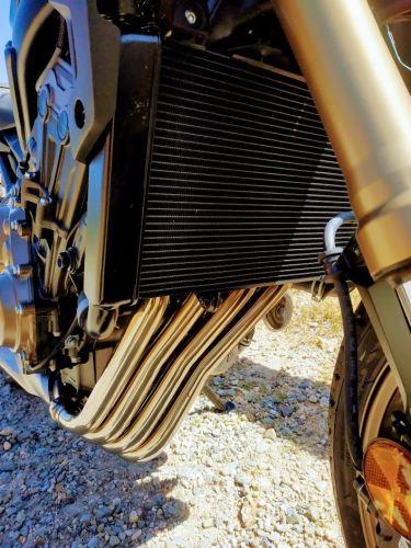 En la foto el enorme radiador de refrigeración de la Honda CB650R y los cuatro colectores saliendo por debajo